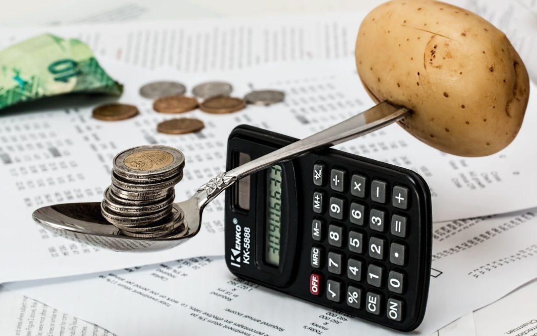 https://pixabay.com/pt/photos/moedas-calculadora-or%C3%A7amento-1015125/