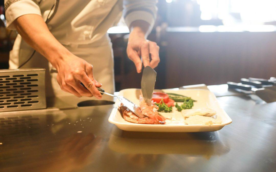 INSS terá que conceder benefício por incapacidade e converter em aposentadoria por invalidez para auxiliar de cozinha