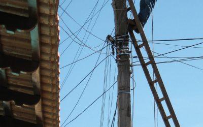 Eletricista que sofreu choque de 25 mil volts ao substituir um poste de energia deve ser indenizado