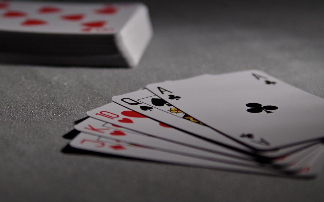 https://pixabay.com/pt/photos/cartas-de-jogar-poker-ponte-jogo-1201257/
