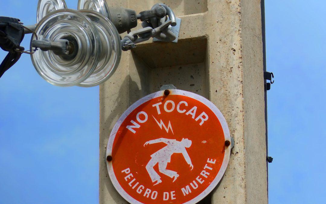 https://pixabay.com/pt/photos/perigo-choque-el%C3%A9trico-sinal-943360/