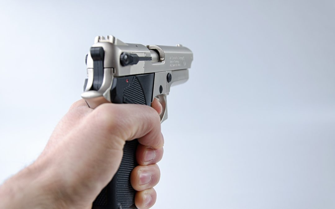 https://pixabay.com/pt/photos/m%C3%A3o-pistola-arma-atirar-seguran%C3%A7a-3052115/