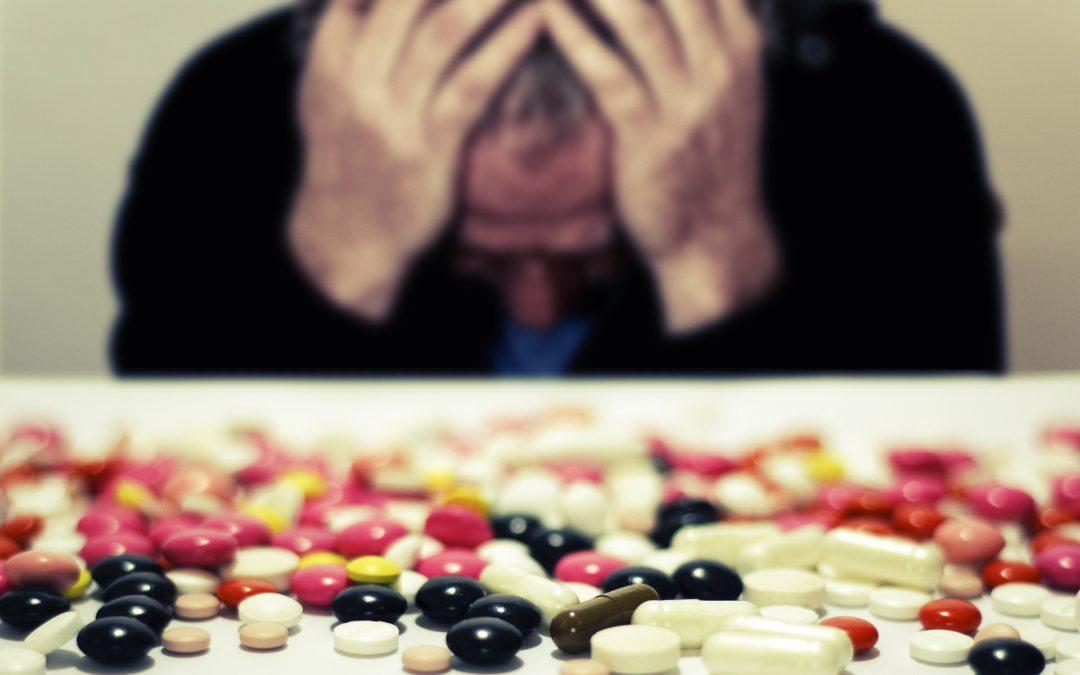 https://pixabay.com/pt/photos/m%C3%A9dica-pastilhas-burnout-esgotado-4284012/