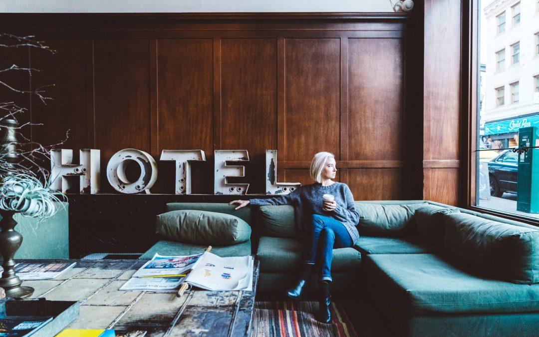 https://pixabay.com/pt/photos/pessoas-mulher-relaxar-frio-caf%C3%A9-2593251/