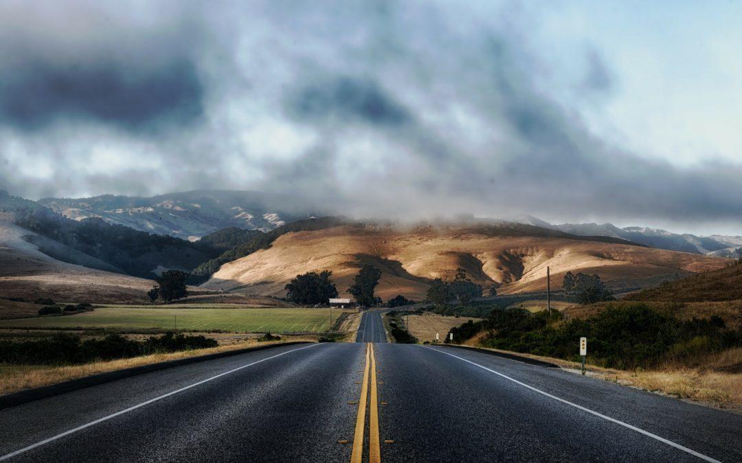 https://pixabay.com/pt/photos/estrada-pavimenta%C3%A7%C3%A3o-rural-paisagem-210913/