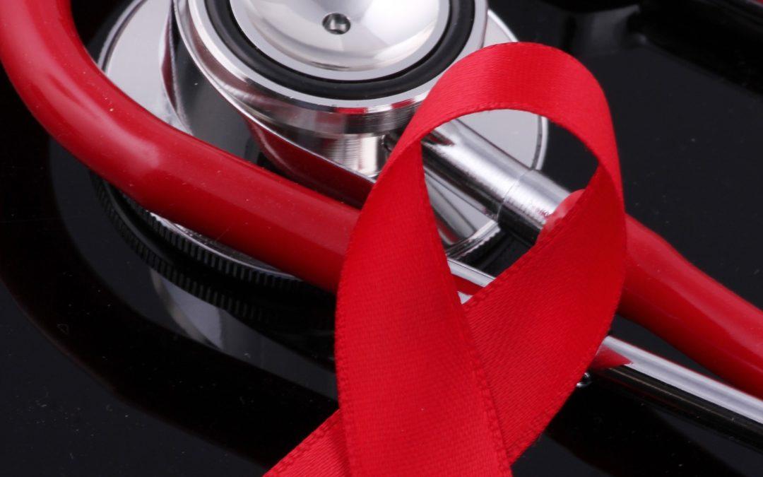 Auxiliar de fábrica despedida após informar que tem HIV deve ser indenizada